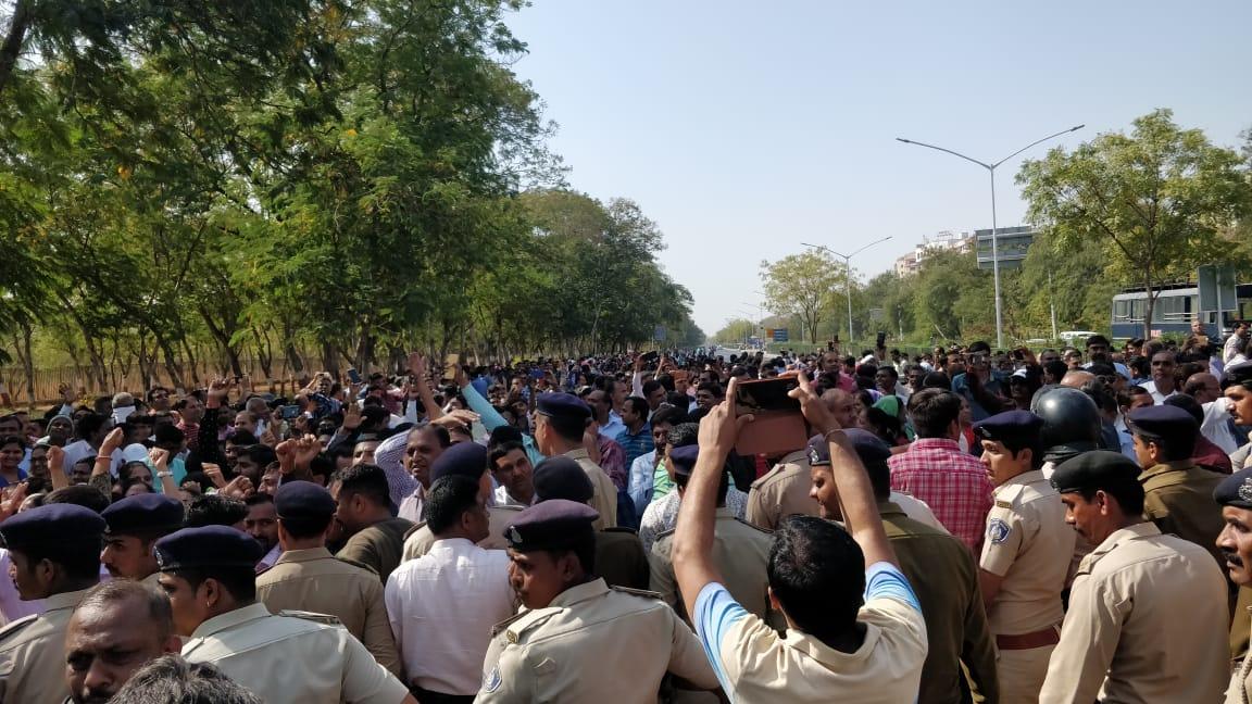ગુજરાતમાં સવા બે લાખ શિક્ષકો આંદોલનના માર્ગેઃ વિધાનસભા ઘેરાવ કરવા જતા 2000 શિક્ષકોના અટકાયત