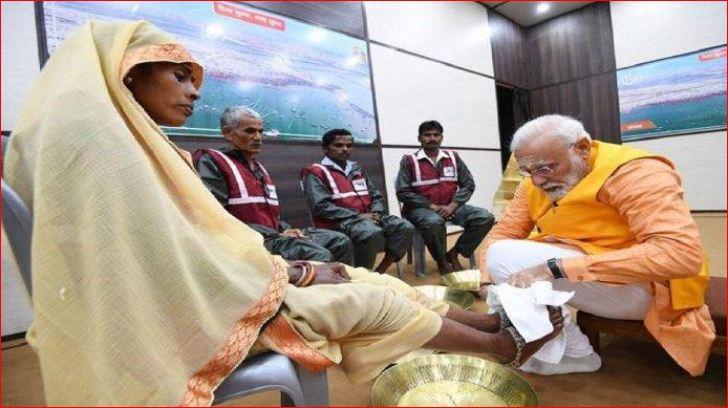 વડાપ્રધાન નરેન્દ્ર મોદીએ કુંભમેળાના સફાઈકર્મીઓને આપી પોતાની 21 લાખ રૂપિયાની બચત