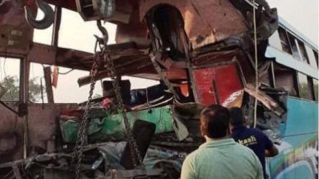 ગ્રેટર નોઈડા: યમુના એક્સપ્રેસ વે પર ઉભેલી ટ્રકની પાછળ પ્રવાસીઓથી ભરેલી બસ અથડાતા 8ના મોત