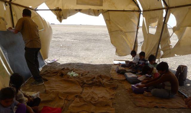 ઝીંઝુવાડાના અફાટ રણમાં અંગારા ઓકતી ગરમીમાં ફાટેલા તંબુના સહારે ભણતા અગરિયાના બાળકો