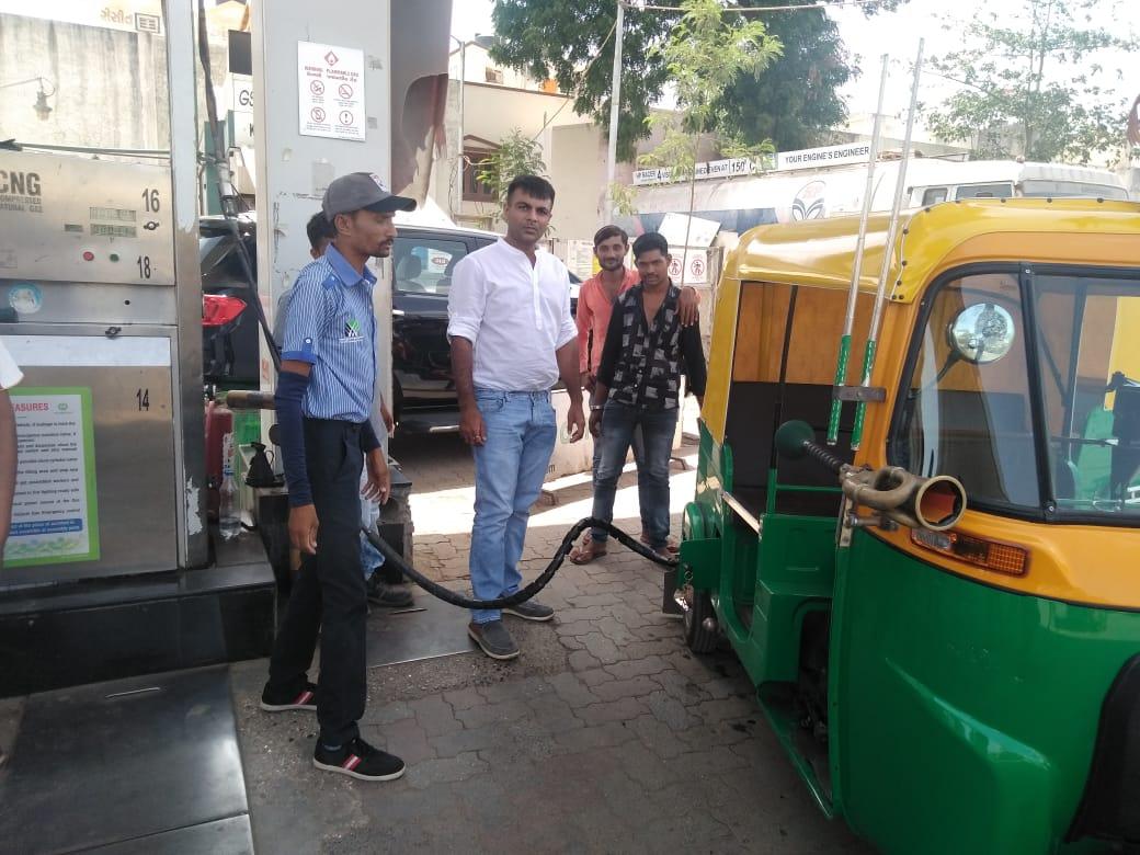 ગુજરાત: મોદીની જીતને સેલિબ્રેટ કરવા રાજકોટના પેટ્રોલ પંપ માલિકે રિક્ષા ડ્રાઇવર્સને આપ્યો ફ્રી CNG ગેસ