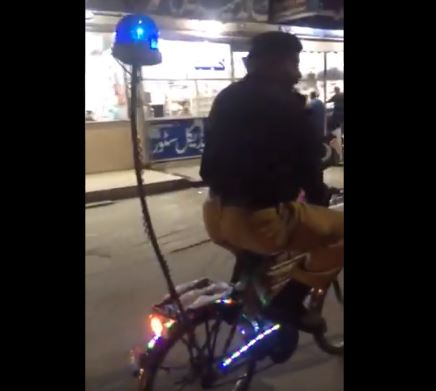 જુઓ VIDEO: ભારતને યુદ્વની ધમકી આપનાર પાકિસ્તાનમાં આ રીતે પોલિસ સાઇકલ પર કરે છે પેટ્રોલિંગ