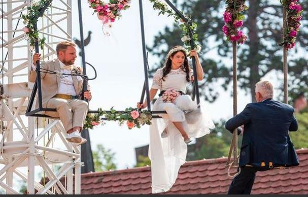 હવામાં દોરડા પર ઝૂલતા-ઝૂલતા આ કપલે કર્યા લગ્નઃકારણ જાણીને લાગશે નવાઈ