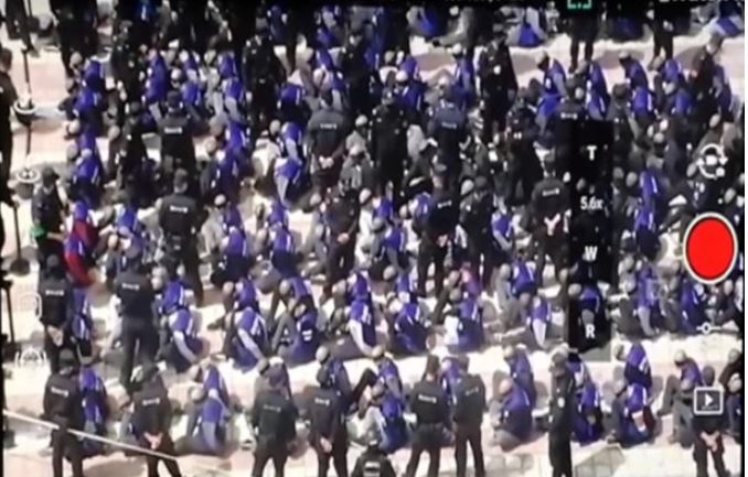 VIDEO: હાથોમાં બેડીઓ, આંખો પર પટ્ટી, પાકિસ્તાનના સદાબહાર મિત્ર ચીનમાં મુસ્લિમો પર અત્યાચાર