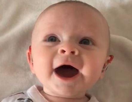 જુઓ VIDEO: બાળકી સાંભળી નહોતી શકતી, મશીન લગાવીને જેવો સાંભળ્યો માતાનો અવાજ તો આવું કર્યું…