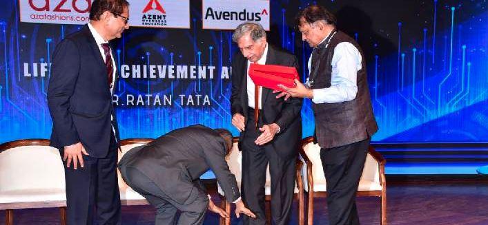 ભારતીય સંસ્કૃતિની અદભુત અનુભૂતિઃ-બે દિગ્ગજ ઉદ્યોગપતિ – રતન તાતાના ચરણ સ્પર્શ કરીને  નારાયણ મૂર્તિએ લીઘા આશીર્વાદ