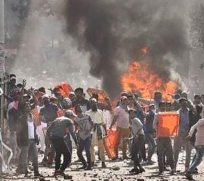 CAA વિરોધ- દિલ્હીમાં હિંસા વકરી – આગ ચાંપવાના બનાવો સહીત  ફાયરિંગમાં પોલીસ હેડ કોન્સટેબલનું મોત