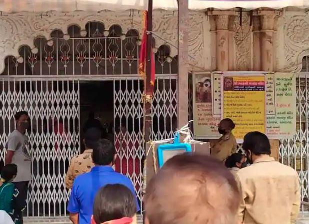 અમદાવાદમાં બે મહિના બાદ આજથી મંદિરો ખૂલતા ભાવિકો દર્શન માટે ઉમટ્યાં