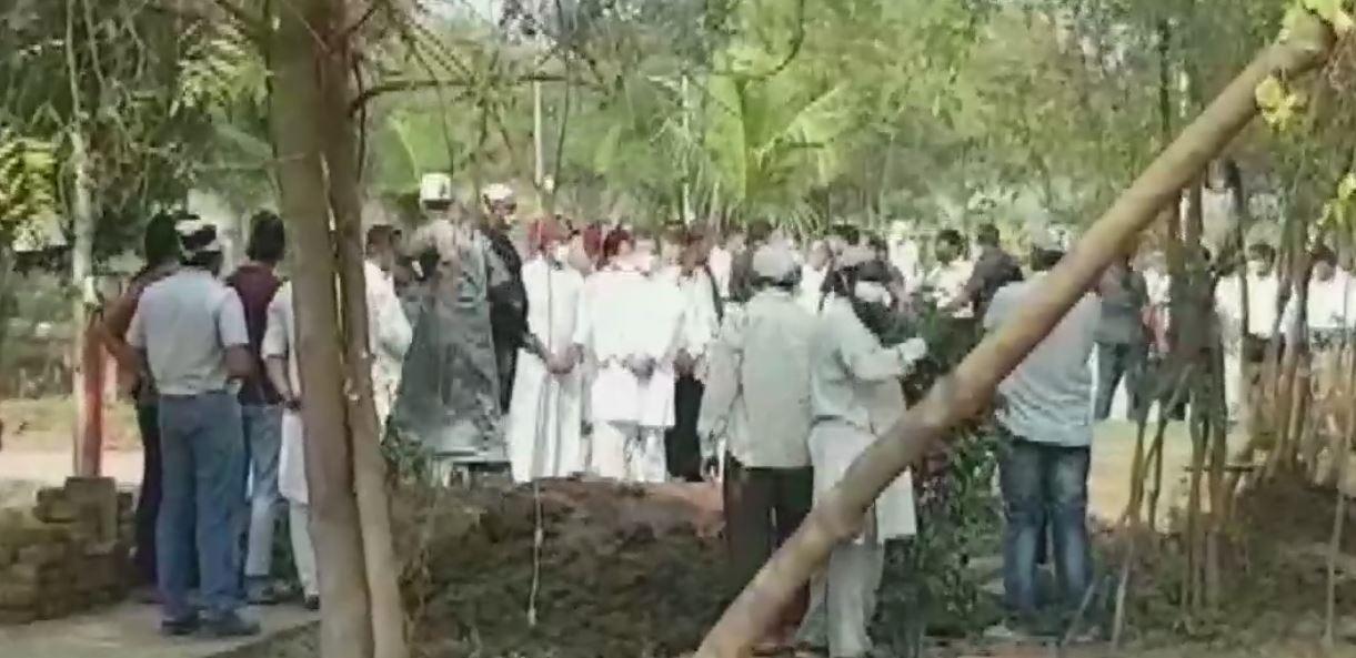 સુપર્દ-એ-ખાક થયા અહેમદ પટેલ, રાહુલ ગાંધી સહિતના નેતાઓ દફનવિધિમાં રહ્યા ઉપસ્થિત