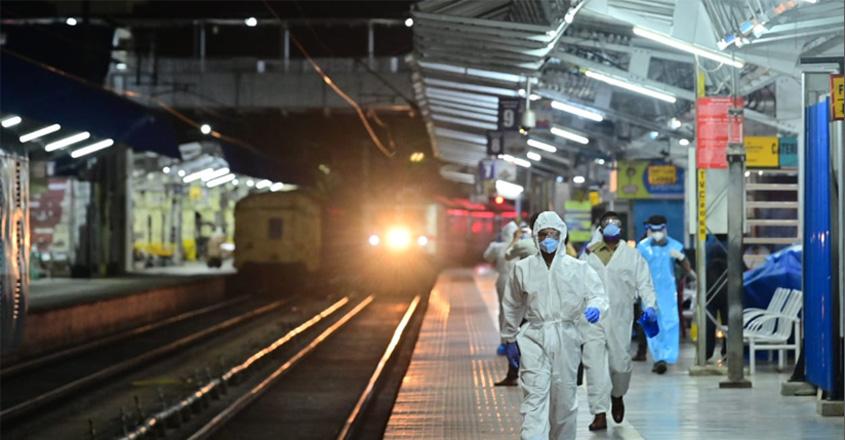 ફિરોઝાબાદ: રેલ પ્રશાસનને કોરોના મહામારીના પ્રસારને રોકવા માટે એક નવી પહેલ કરી, ટીટીઇ પણ PPE કીટમાં જોવા મળશે