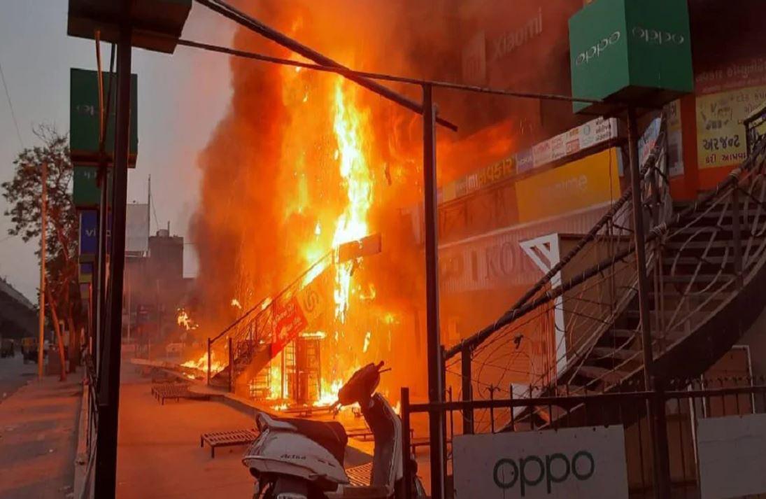 અમદાવાદ: બાપુનગરના શ્યામ શિખર કોમ્પલેક્સમાં લાગી આગ, 15થી વધુ દુકાનો બળીને ખાખ