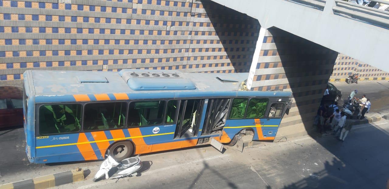 અમદાવાદમાં BRTSની બસ અંડરબ્રિજના પિલ્લર સાથે અથડાઈ, બસના થયાં બે ફાડિયા