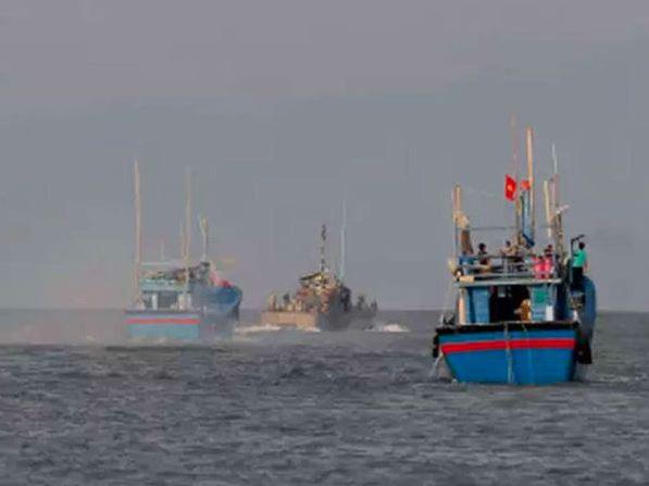 પોરબંદરઃ જખૌ પાસે દરિયામાં માછીમારી કરતા મછીમારોને પોલીસે આપી સૂચના
