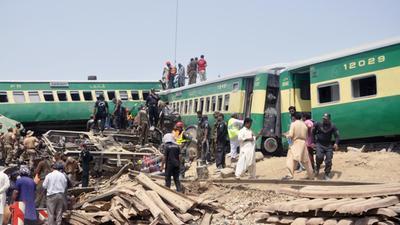 wo12-JUL-pakistan-train-accident
