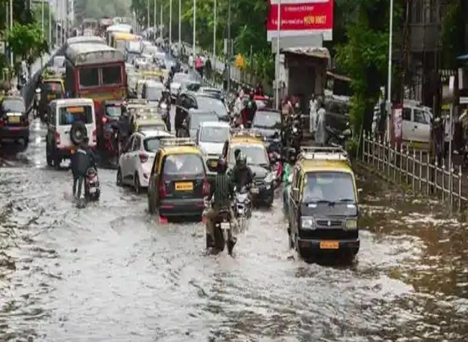 મુંબઈમાં ભારે વરસાદઃ રેલવે ટ્રેક ઉપર ભરાયાં પાણી, જનજીવનનને અસર