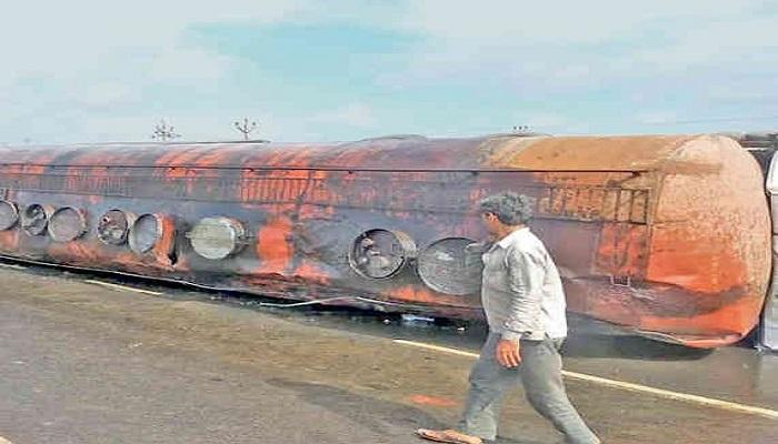 વિરમગામ નજીક ટેન્કર પલટી જતાં લોકો વાસણો લઈને સોયાબીન તેલ ભરવા દોડી આવ્યા